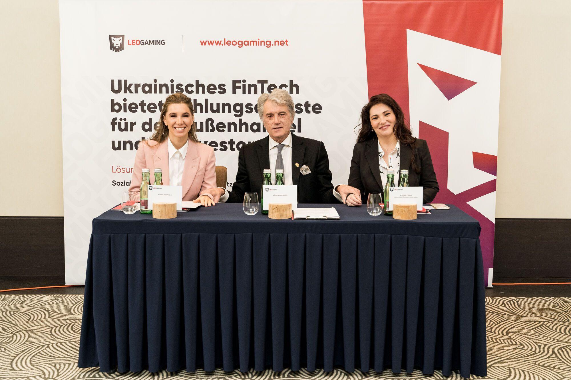 Алена Дегрик Шевцова, Виктор Ющенко, Галина Хейло на пресс-конференции в Вене