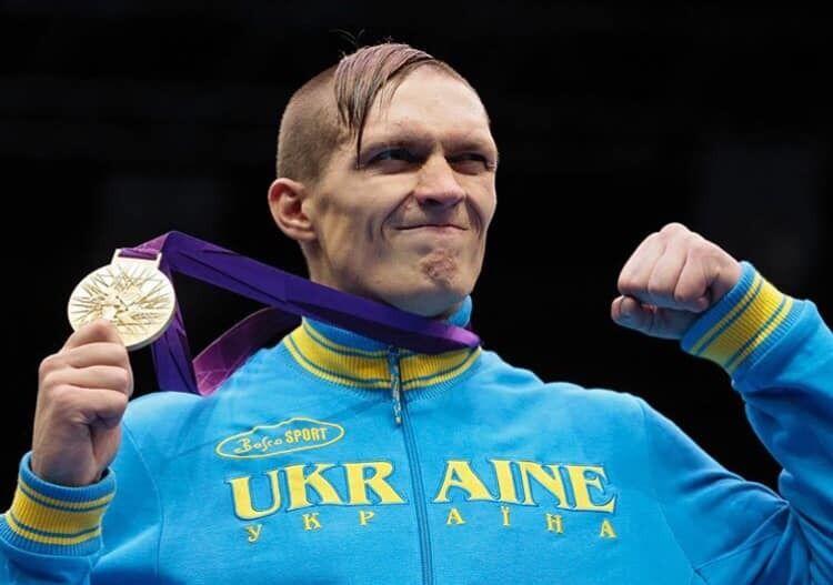 Усик на нагородженні на Олімпіаді в Лондоні.