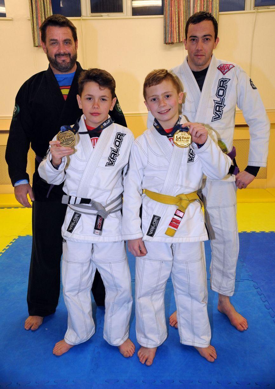 Алекс Вільямс (праворуч) з медаллю.