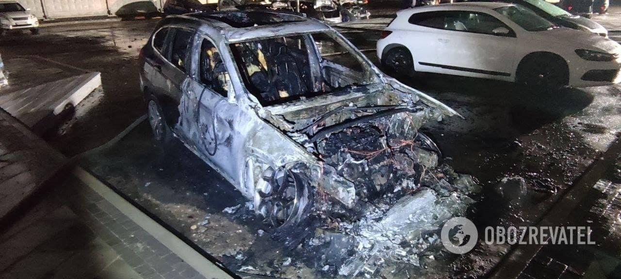 Чотири машини повністю згоріли.