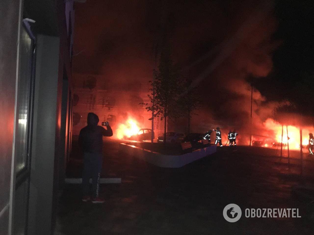 Одна машина обгоріла, а ще в одної пошкоджено лакофарбове покриття.