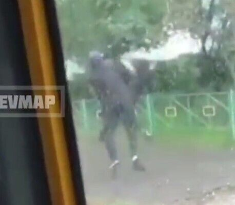 Водитель ударил подростка после того, как тот нахамил.