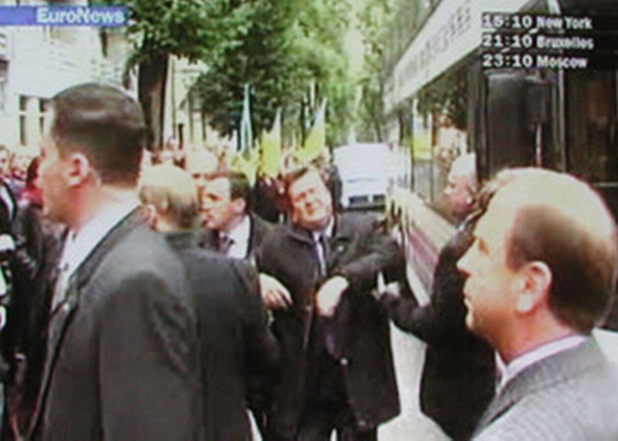 Опустивши очі на піджак, Янукович схопився за груди і впав