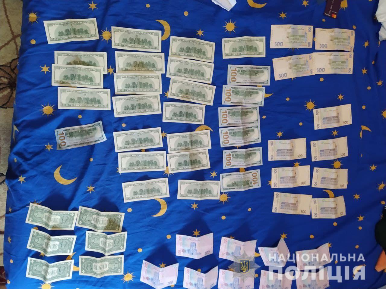 Во время обысков нашли деньги.