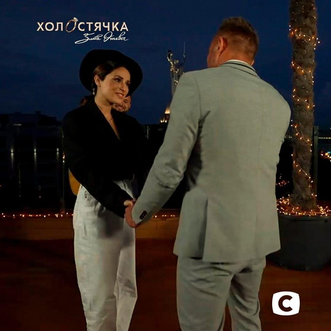 Злата Огнєвіч для побачення обрала look із жакетом, джинсами та акцентним чорним капелюшком