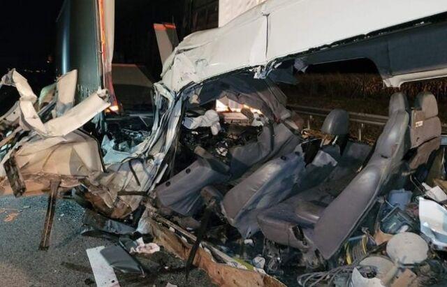 Микроавтобус получил серьезные повреждения