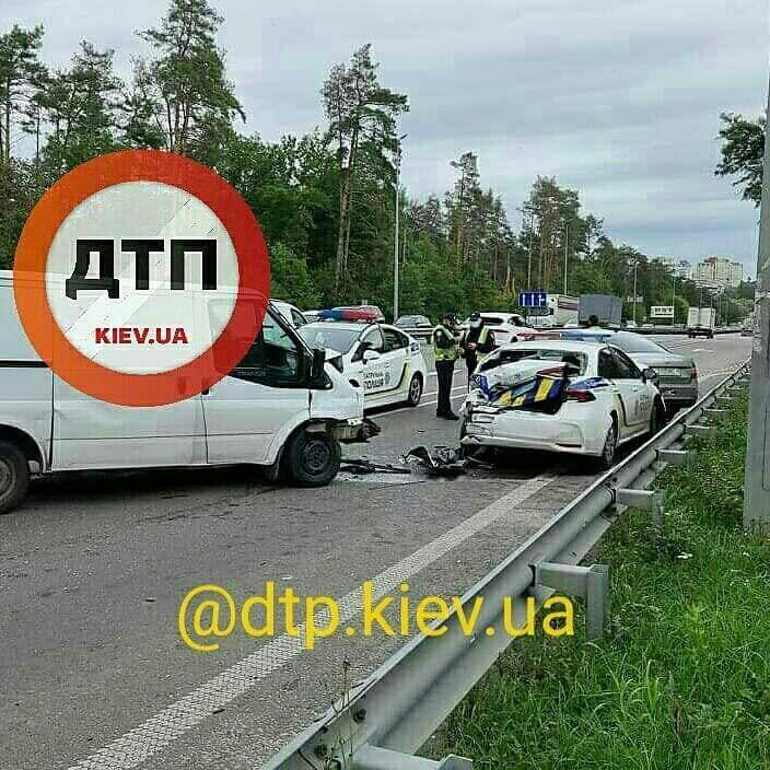 Ford Transit врізався в поліцейську Toyota Corolla
