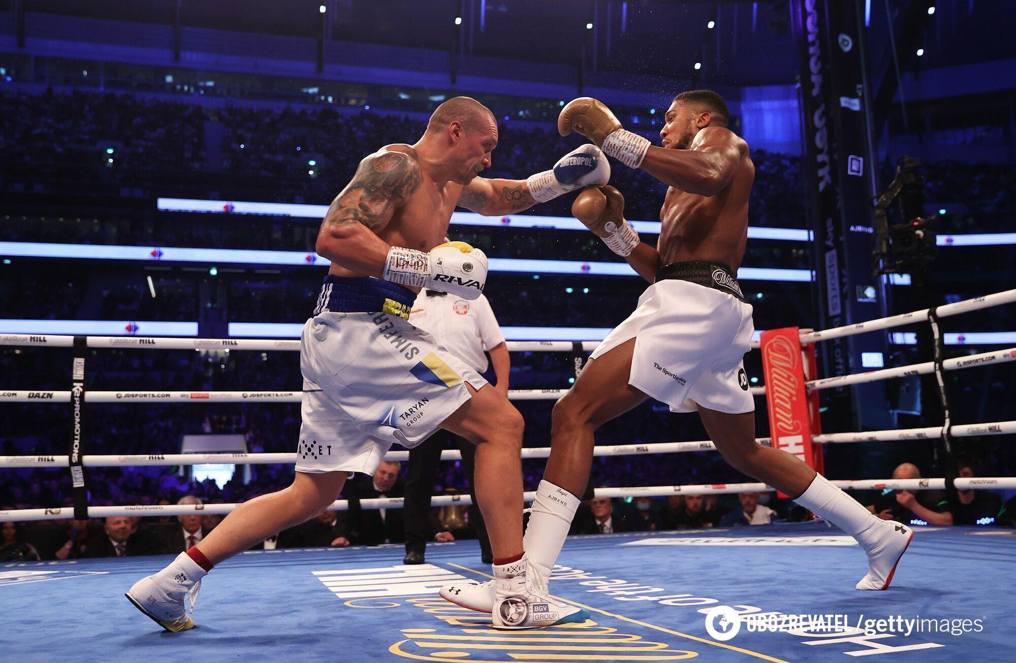 Усик боксував у жовто-синіх рукавичках.