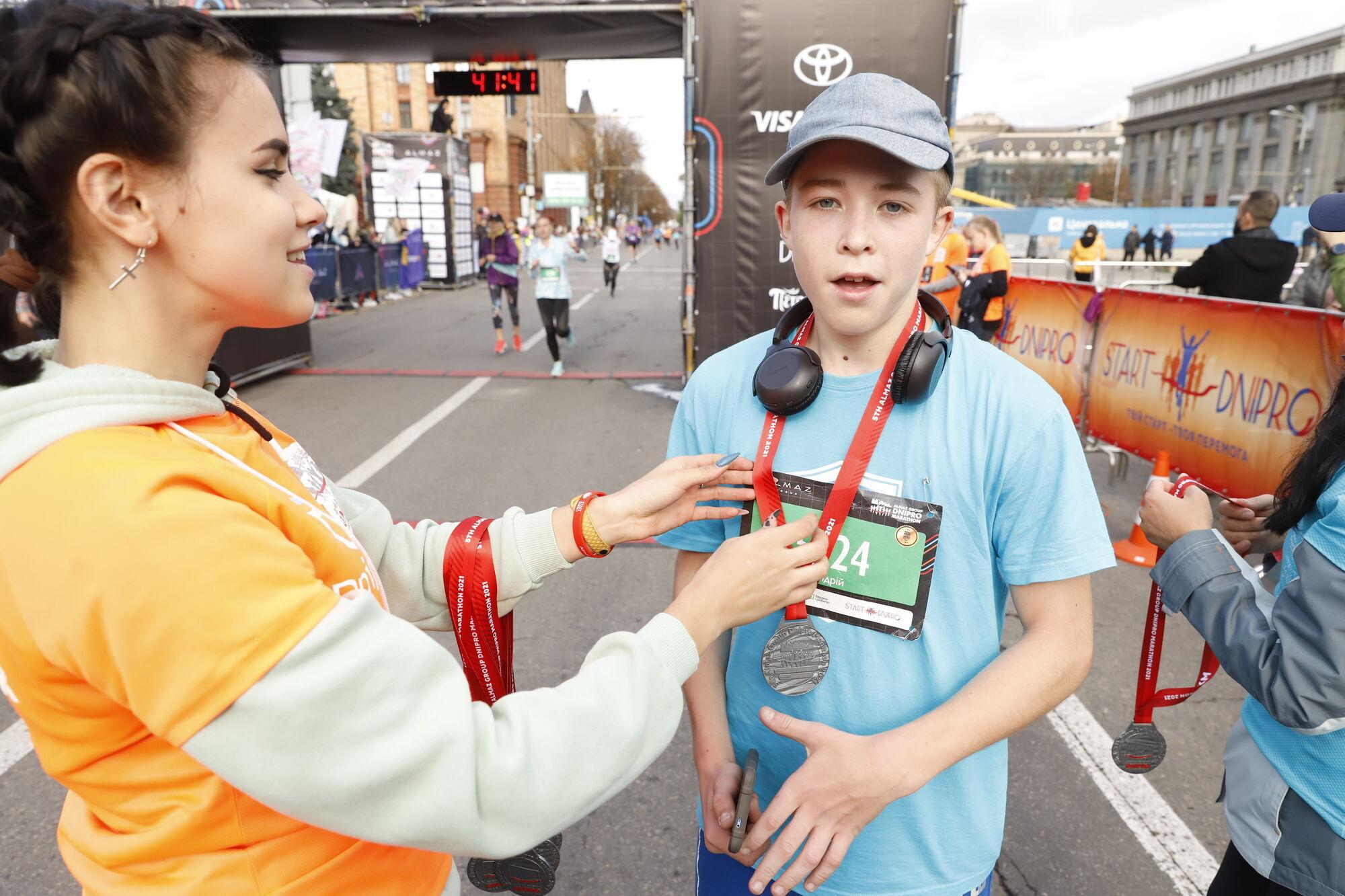 """""""Бережіть здоров'я, легких ніг!"""" Філатов дав старт учасникам марафону у Дніпрі"""