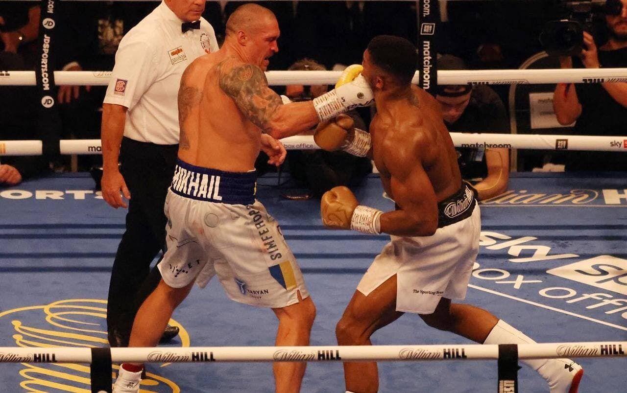 Усик победил Джошуа.