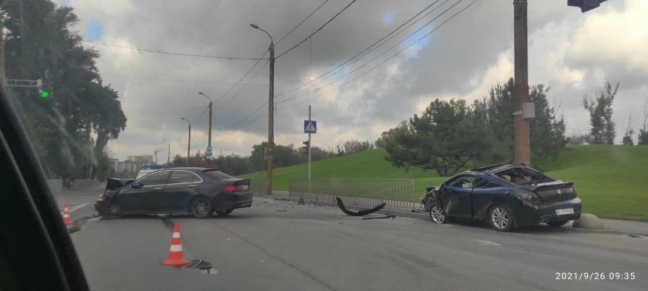 Авто разбросало по дороге.