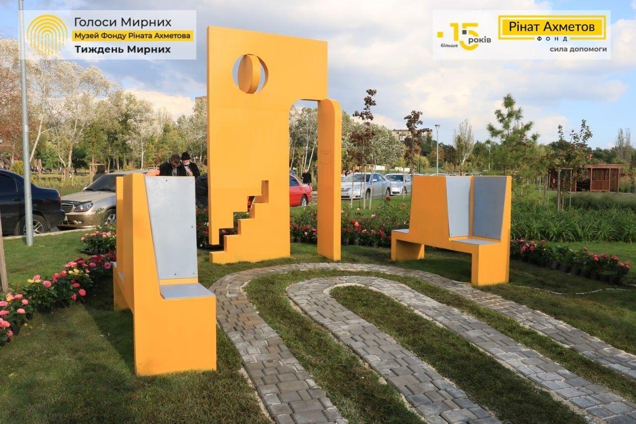 Композиция оборудована аудиосистемой, благодаря которой каждый желающий может услышать истории мирных жителей Донбасса
