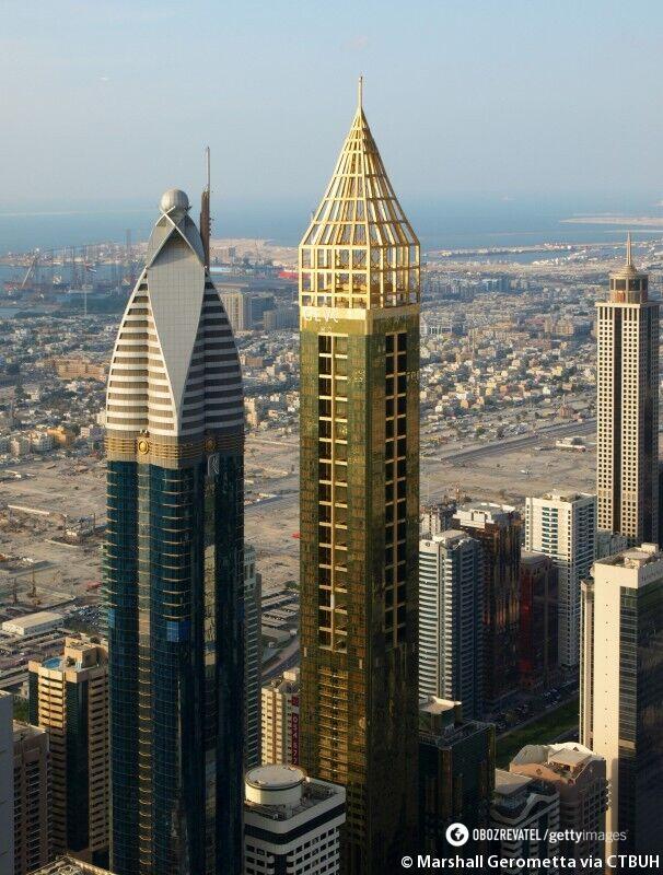 Отель Gevora – золотистый небоскреб слева.