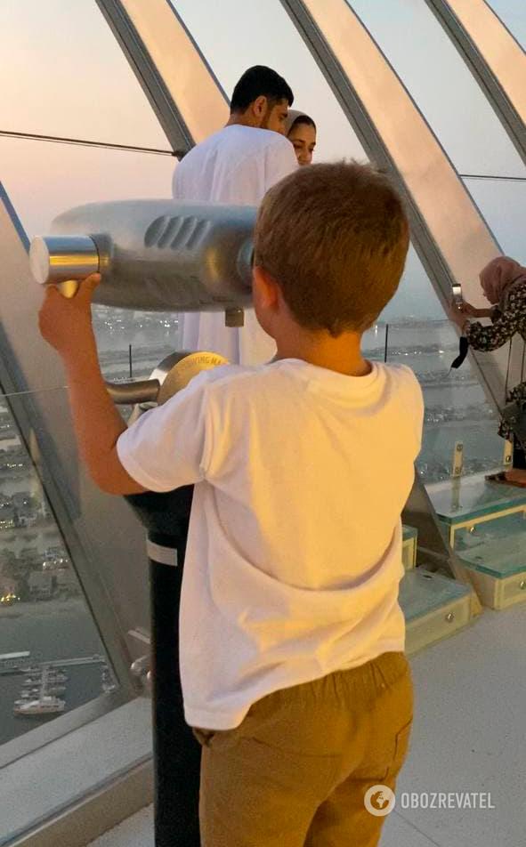 Телескоп и стеклянные ступеньки на The View at the Palm.