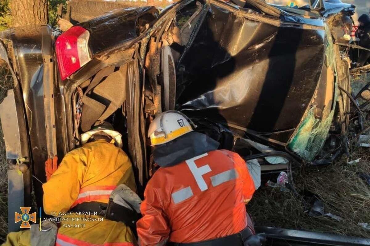Спасатели ликвидировали последствия ДТП.