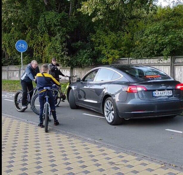 Электрокар ехал по дорожке для велосипедистов.