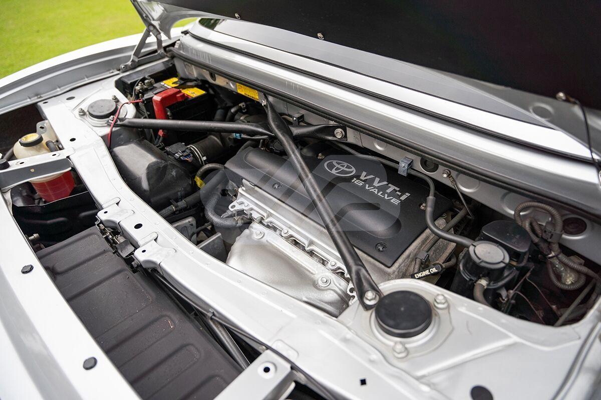 """За спинками кресел водителя и его спутника располагается 155-сильным мотор объемом 1,8 литра. Мощность по сравнению со """"стоковым"""" увеличили на 15 л.с."""
