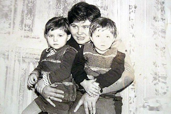 Сестры Семеренко в детстве с мамой