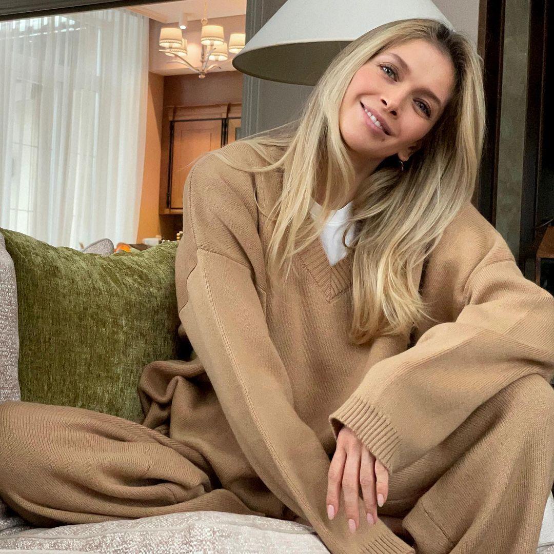Віра Брежнєва сфотографувалася на дивані.
