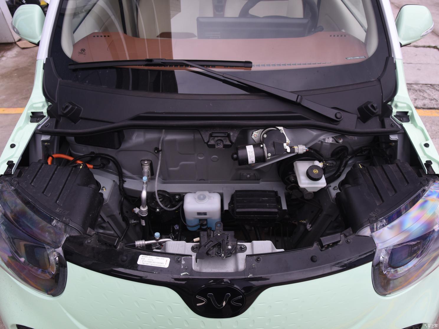 Тридверна версія оснащена електромотором потужністю 30 кВт і літій-іонною батареєю місткістю 11,8 кВтг