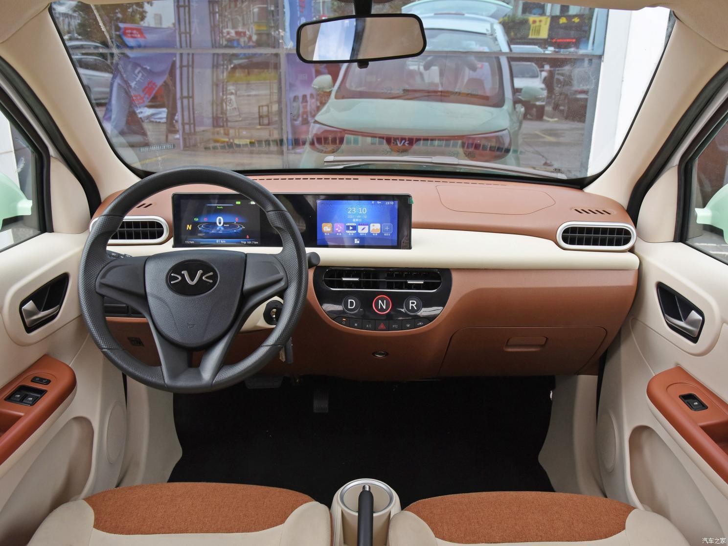 На торпеді розташували LCD-панель з двома екранами в загальному корпусі, а кнопки управління режимами водіння розташовані на центральній консолі