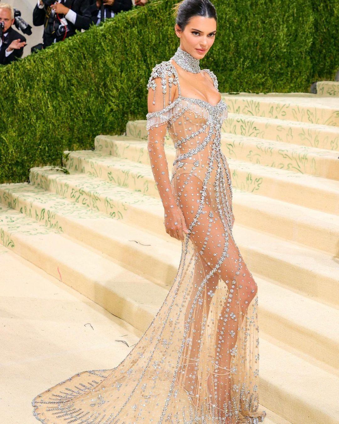 Кендалл Дженнер у прозорій сукні.