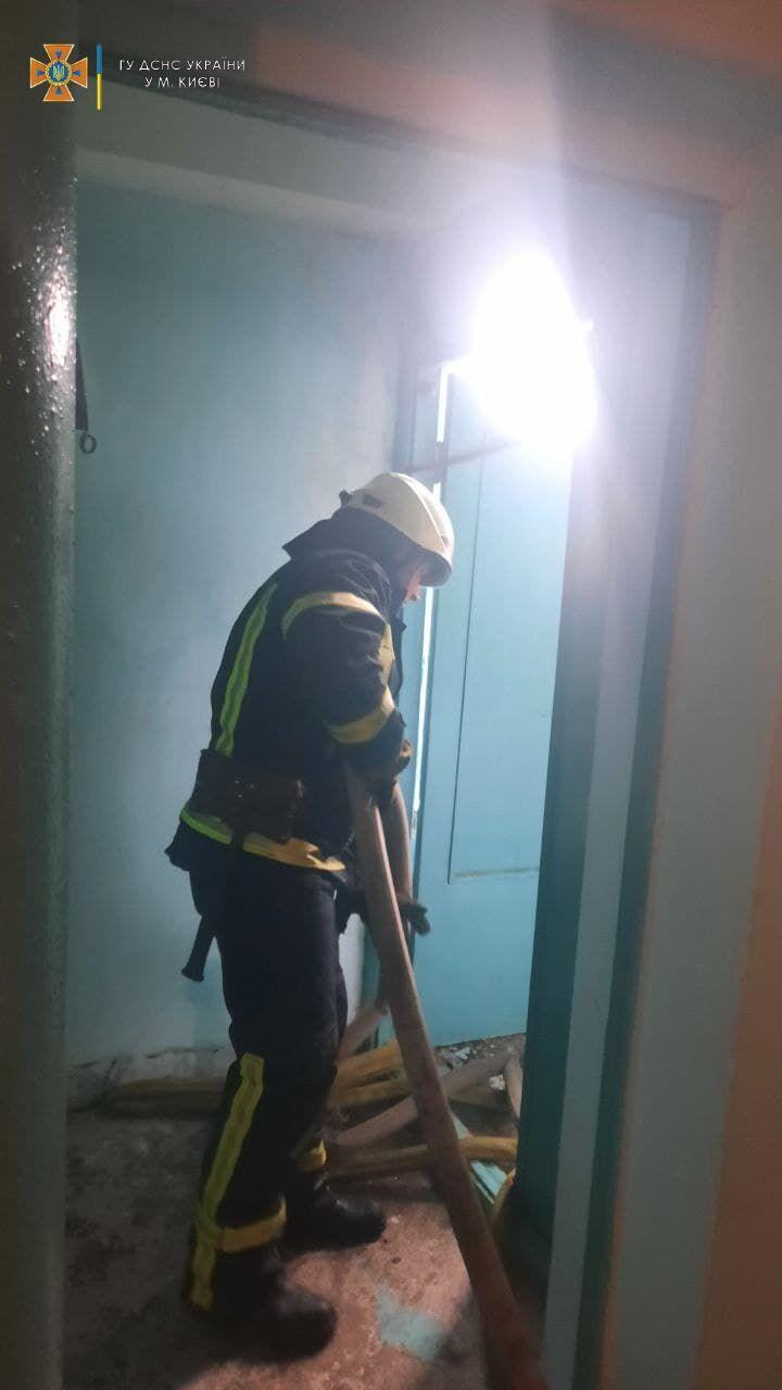 Рятувальникам довелося зрізати міжкоридорні двері.