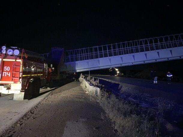 У РФ пішохідний міст упав на авто