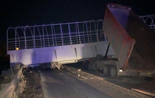 Мост рухнул на машины