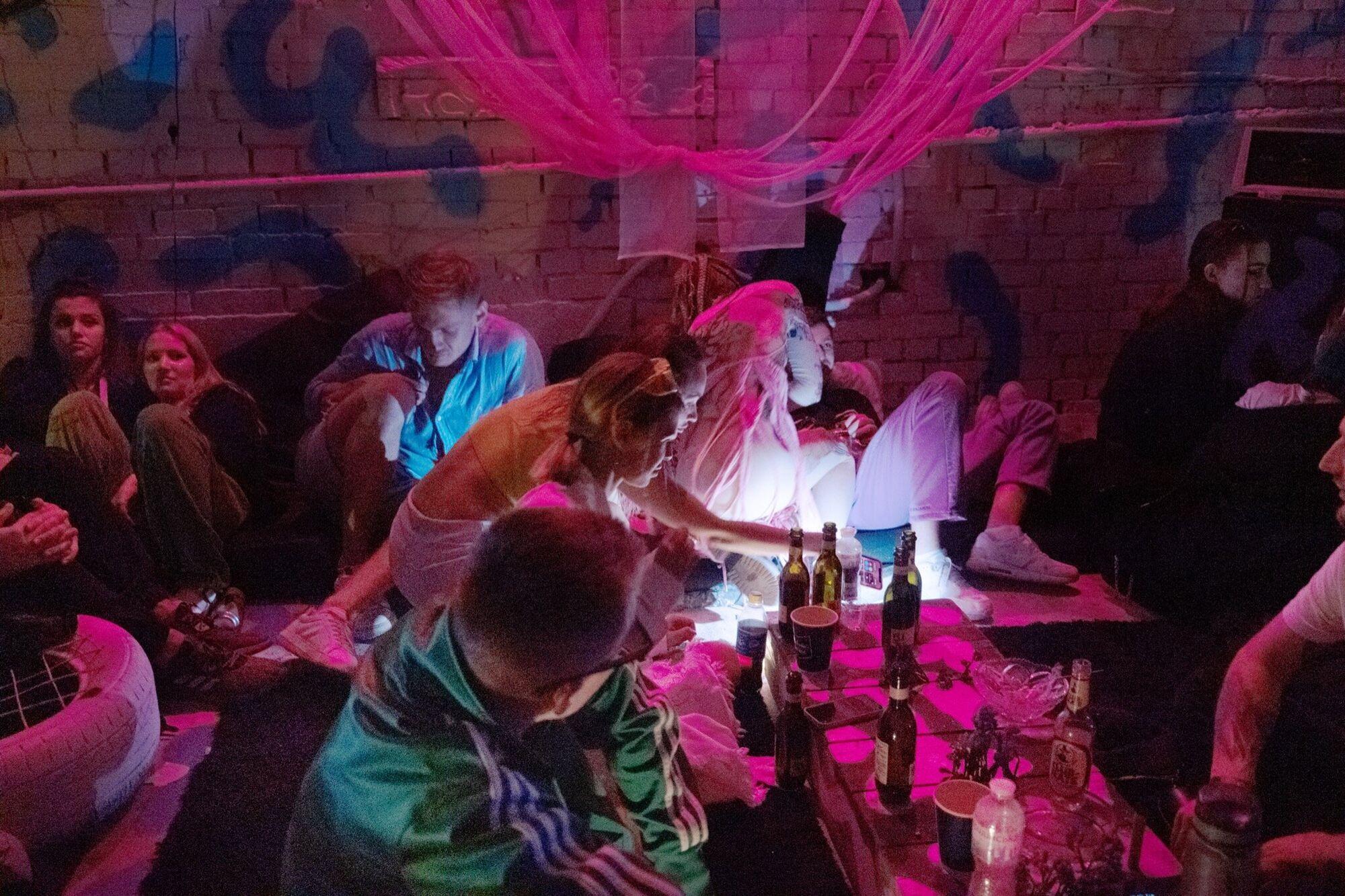 В Киев на вечеринки приезжают иностранцы.