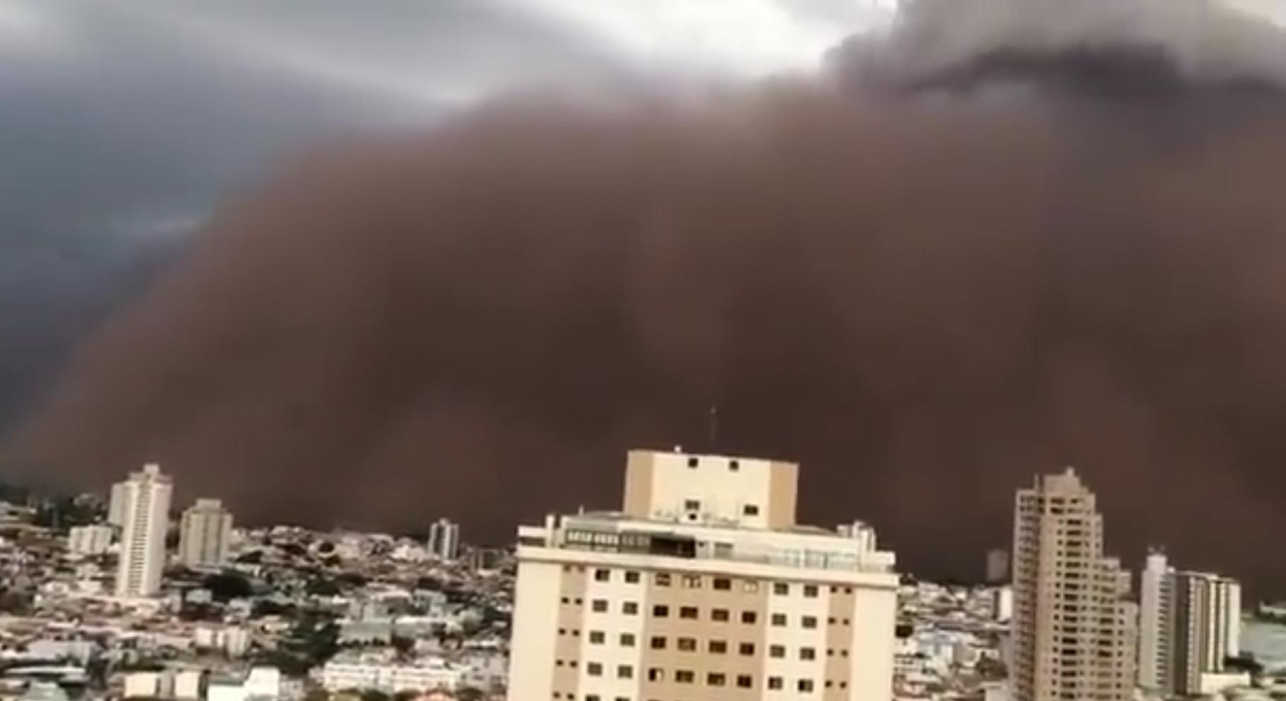 Песчаная буря накрыла город в Бразилии.