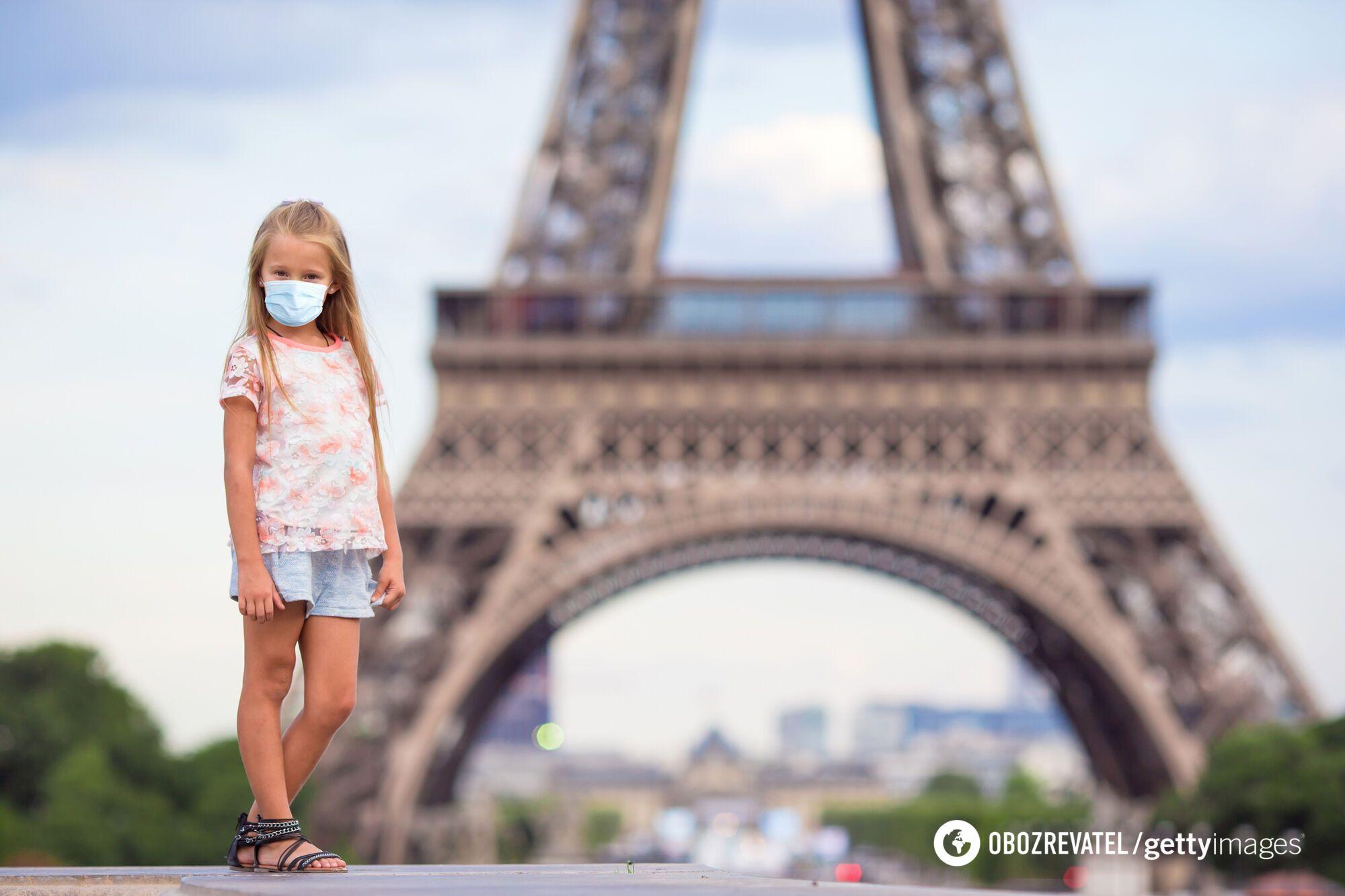Младшие школьники во Франции носят маски даже на уроках.