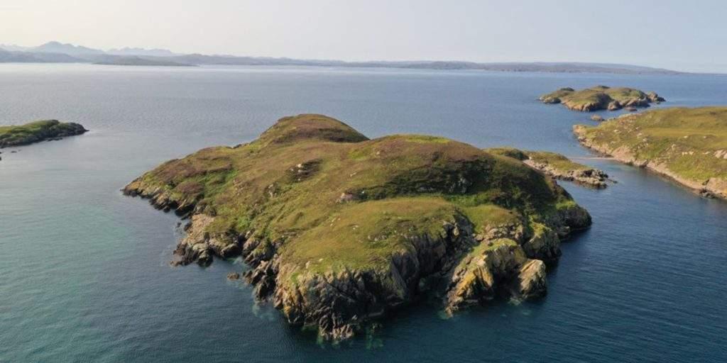 На острове скалы, бухты и галечный пляж