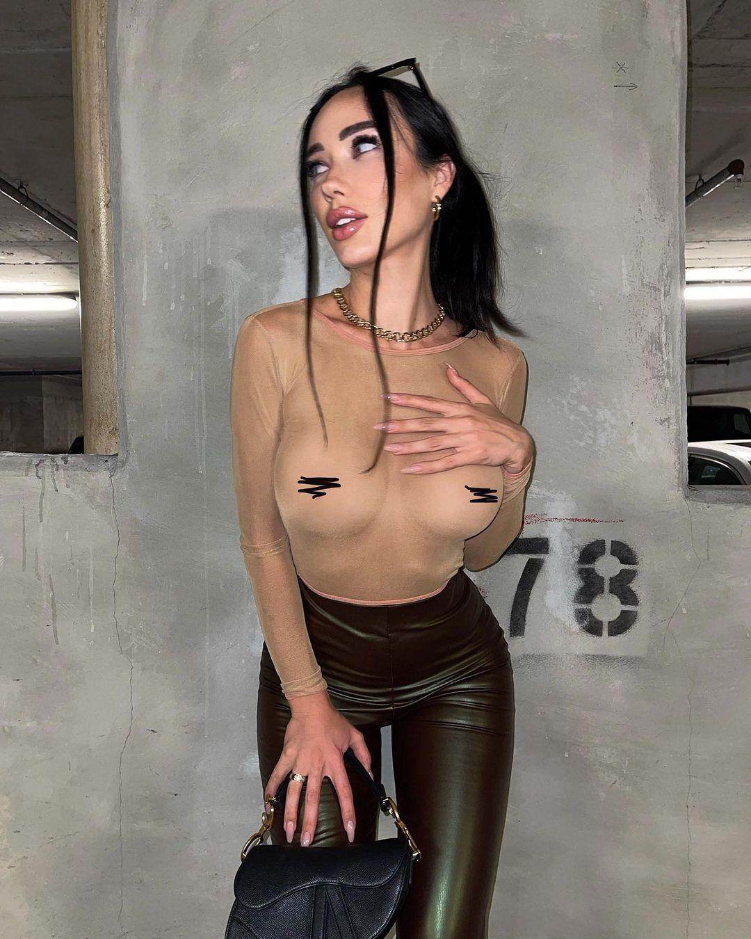 Нина Сереброва в прозрачной кофте