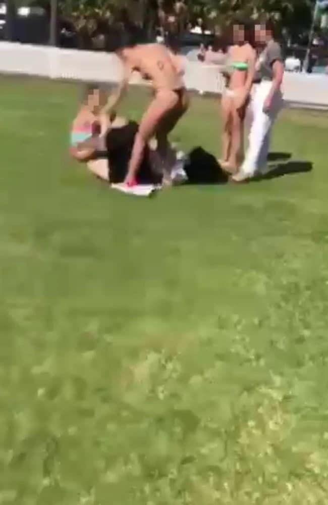 Бійка підлітка і жінок потрапила на відео