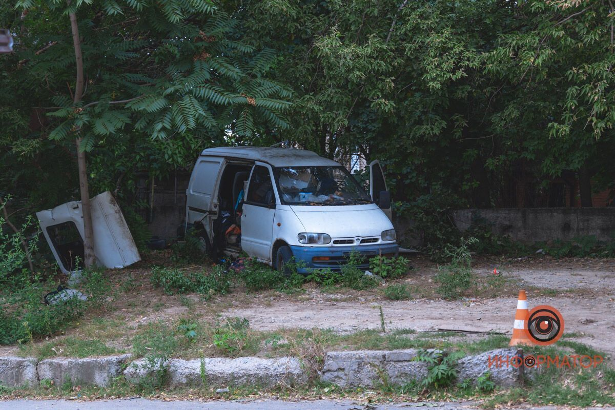 Хлопець жив у старому покинутому автомобілі