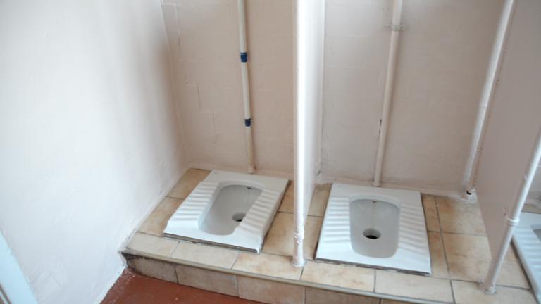 Туалет у школі №4 в Червонограді, Львівська область.