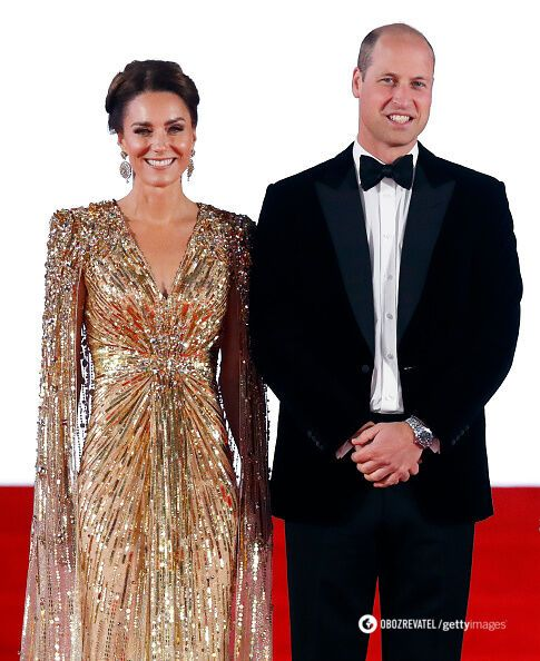 Кейт Миддлтон и принц Уильям позируют для журналистов.