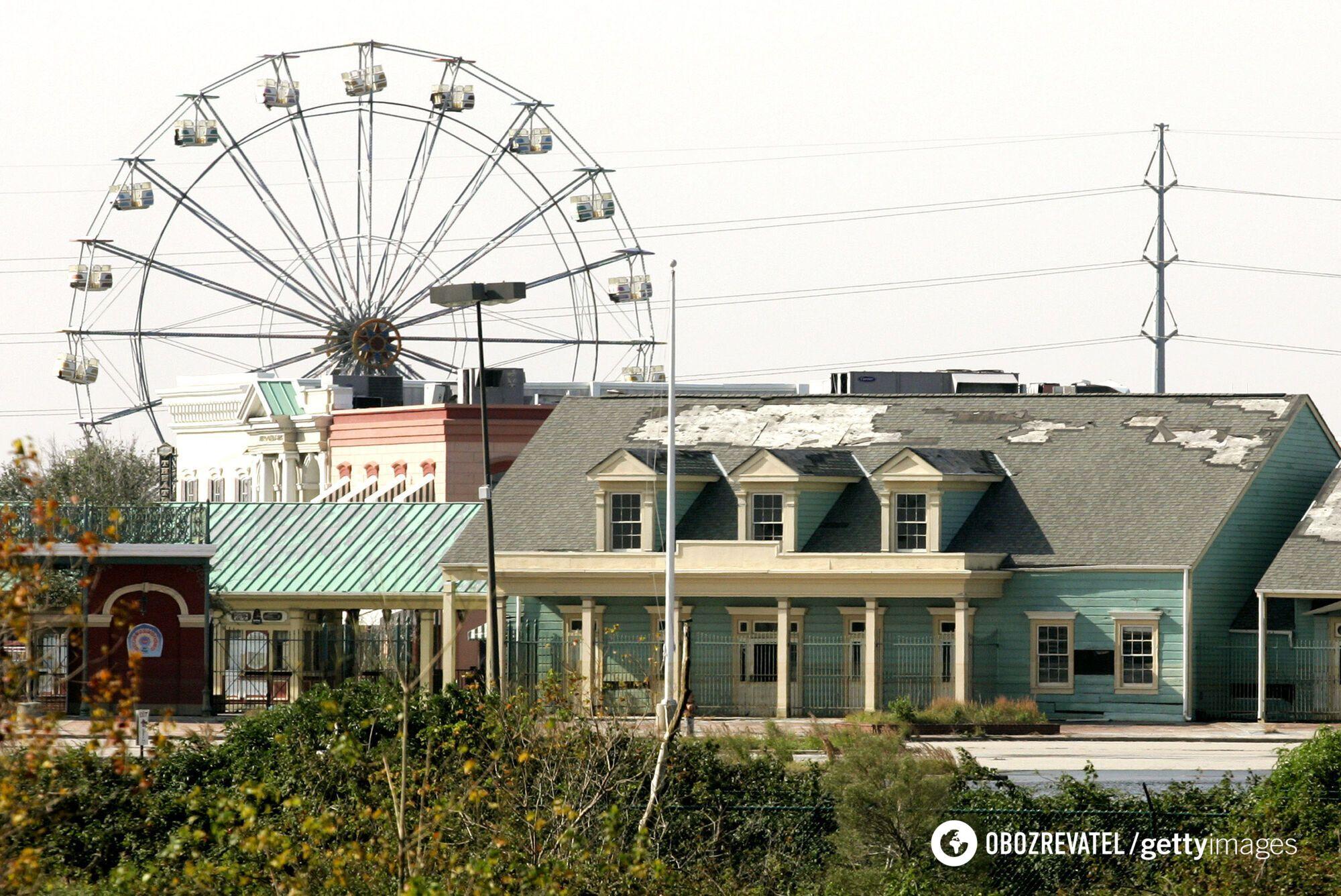 Чертовое колесо в заброшенном парке развлечений.