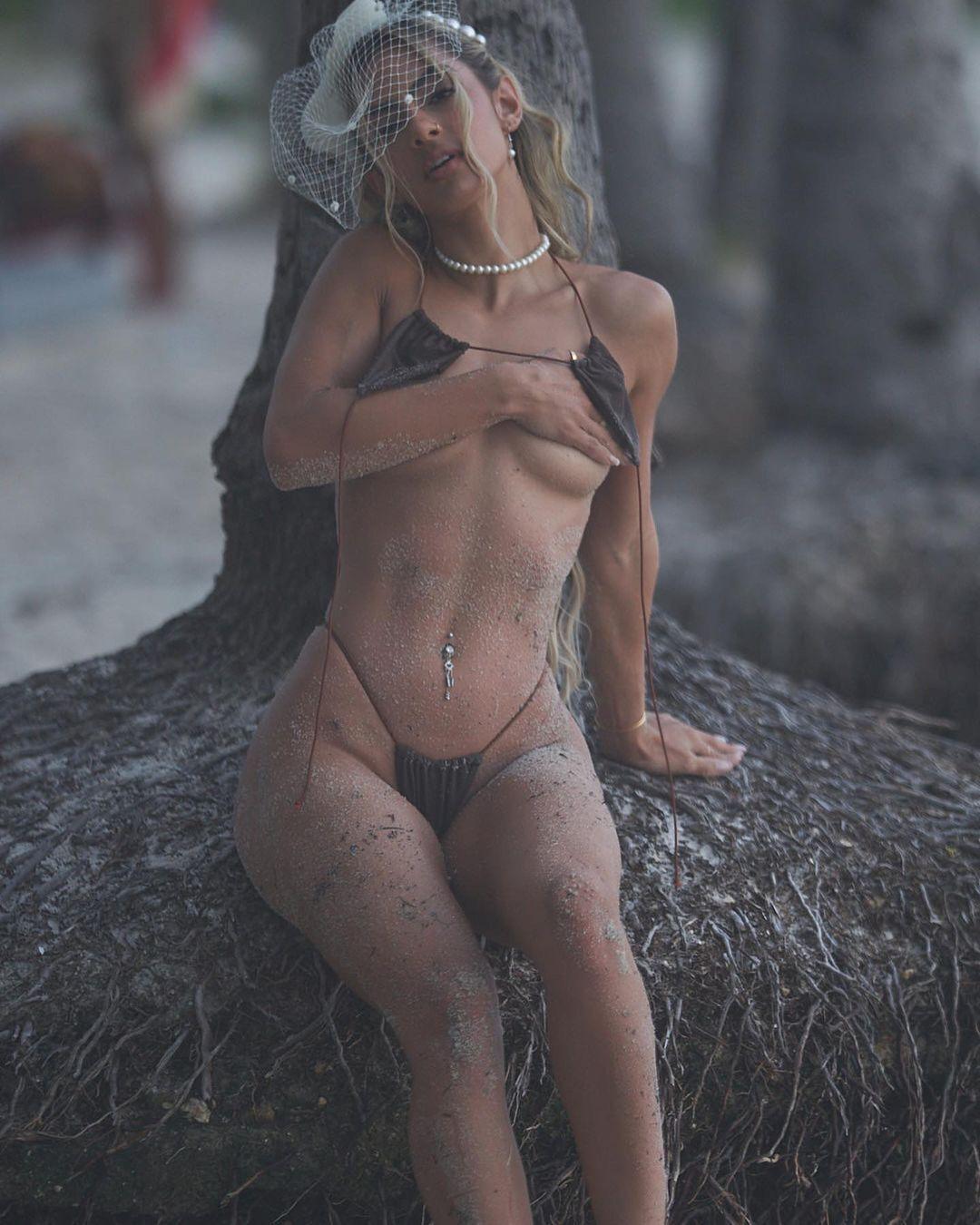 Ева Кияла сняла верх бикини