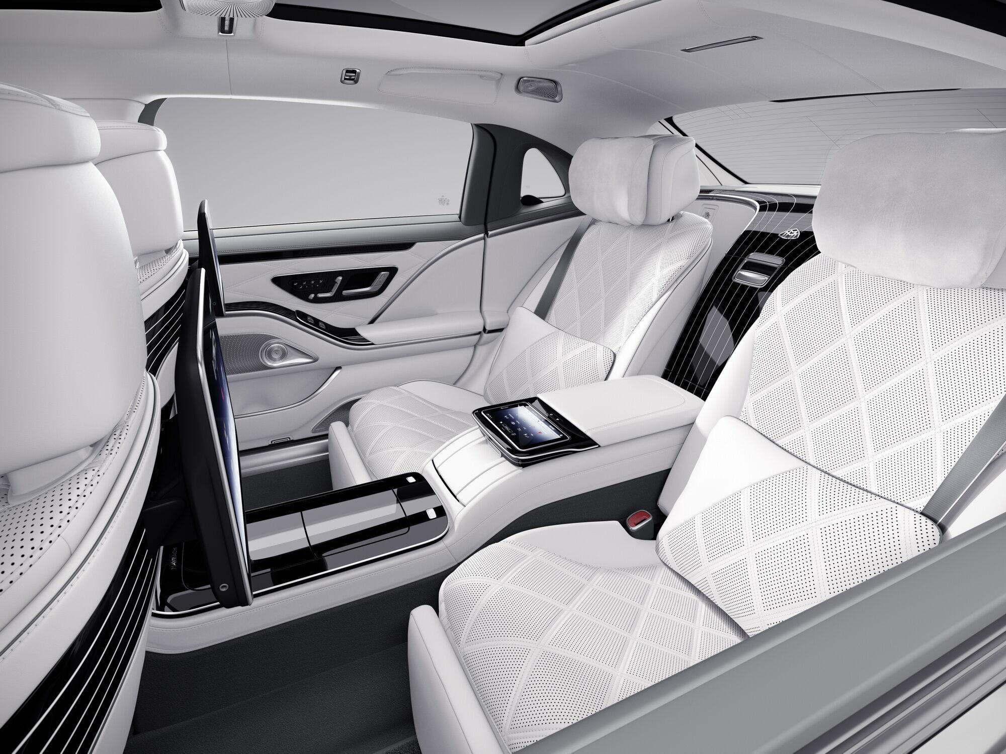 В списке стандартного оборудования – акустическая система объемного звучания Burmester 4D, роскошные кресла с подогревом, вентиляцией и массажем