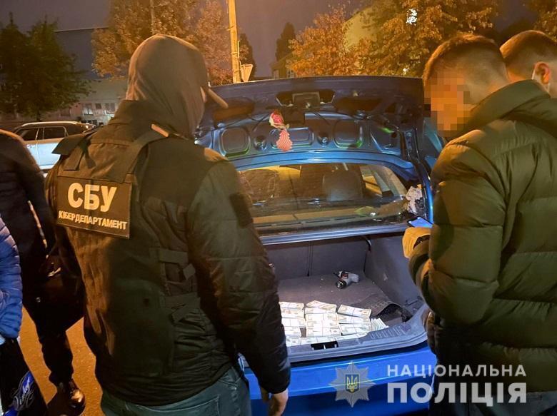 Подозреваемых задержали во время продажи фальшивок.