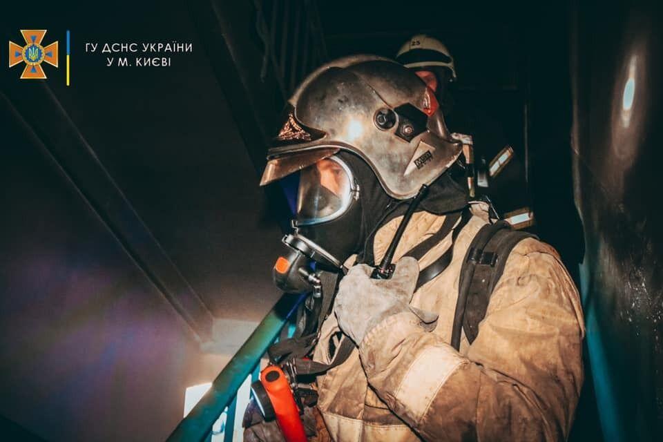 Пожежа виникла на 4-му поверсі на сходовій клітці.