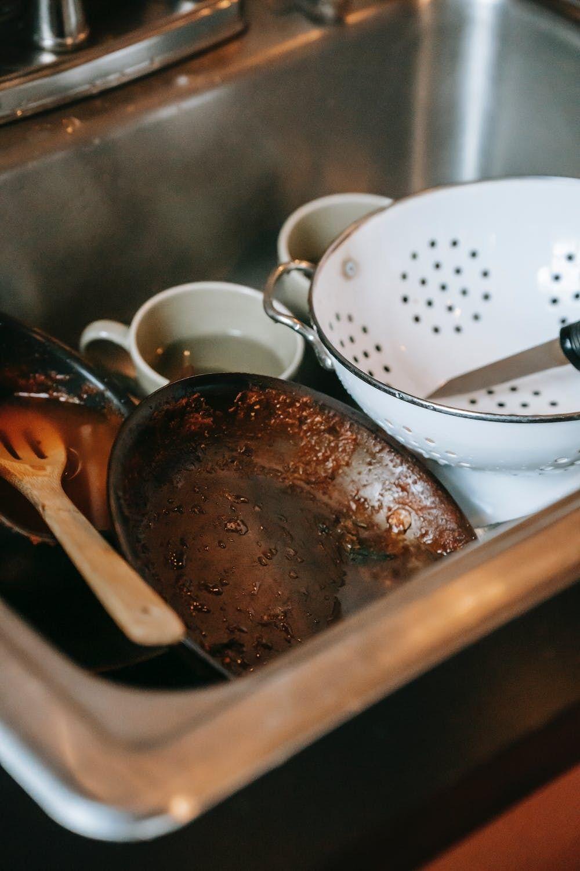 Хозяева убирают всю посуду сами.