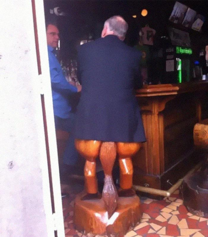 У барі кумедні стільці
