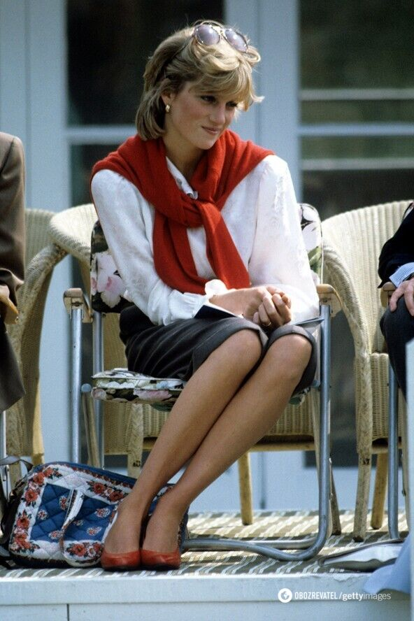 Принцессу Диану часто можно было увидеть со свитером, наброшенным на плечи