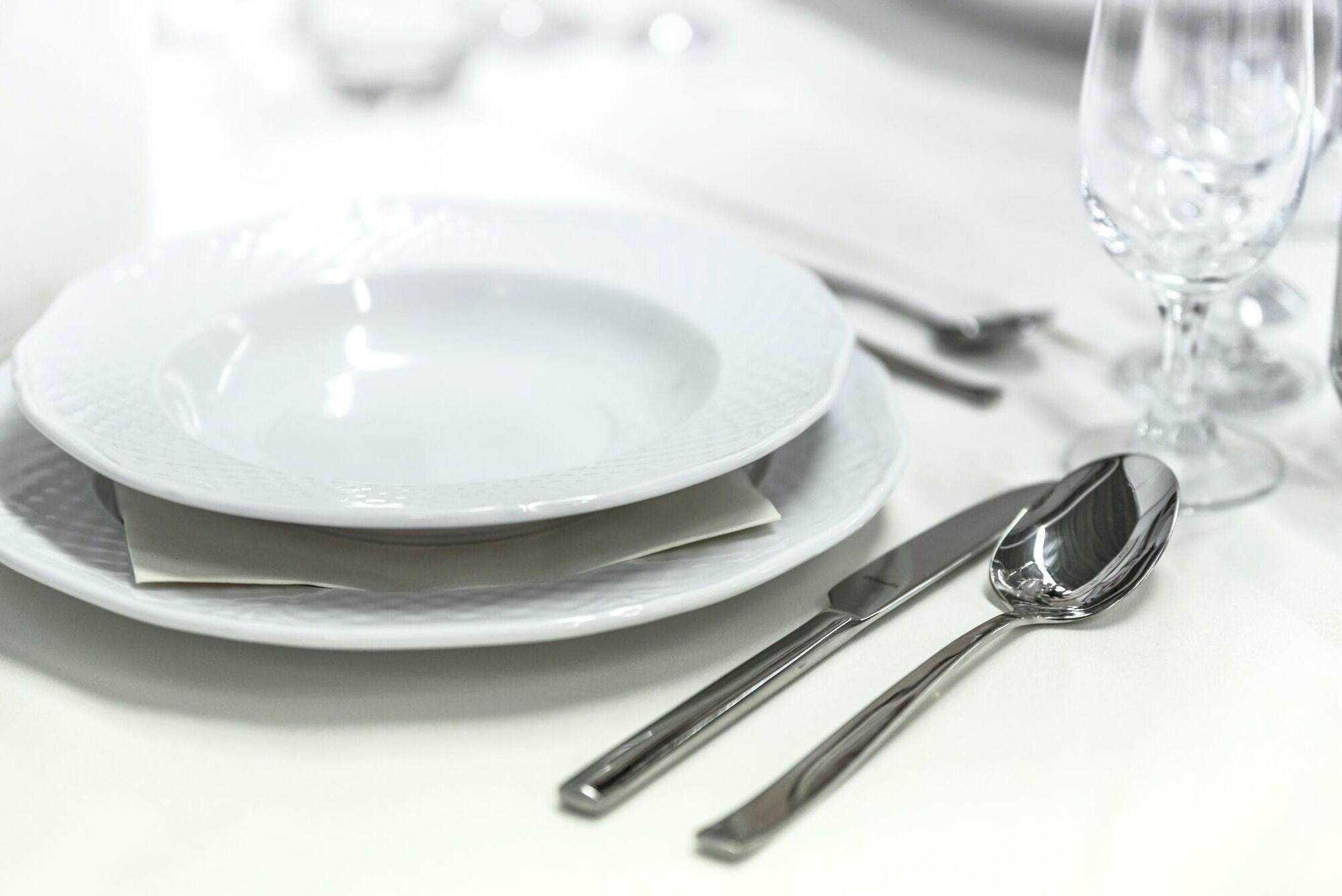 Тарелки, вилки и ложки должны быть идеально чистыми.