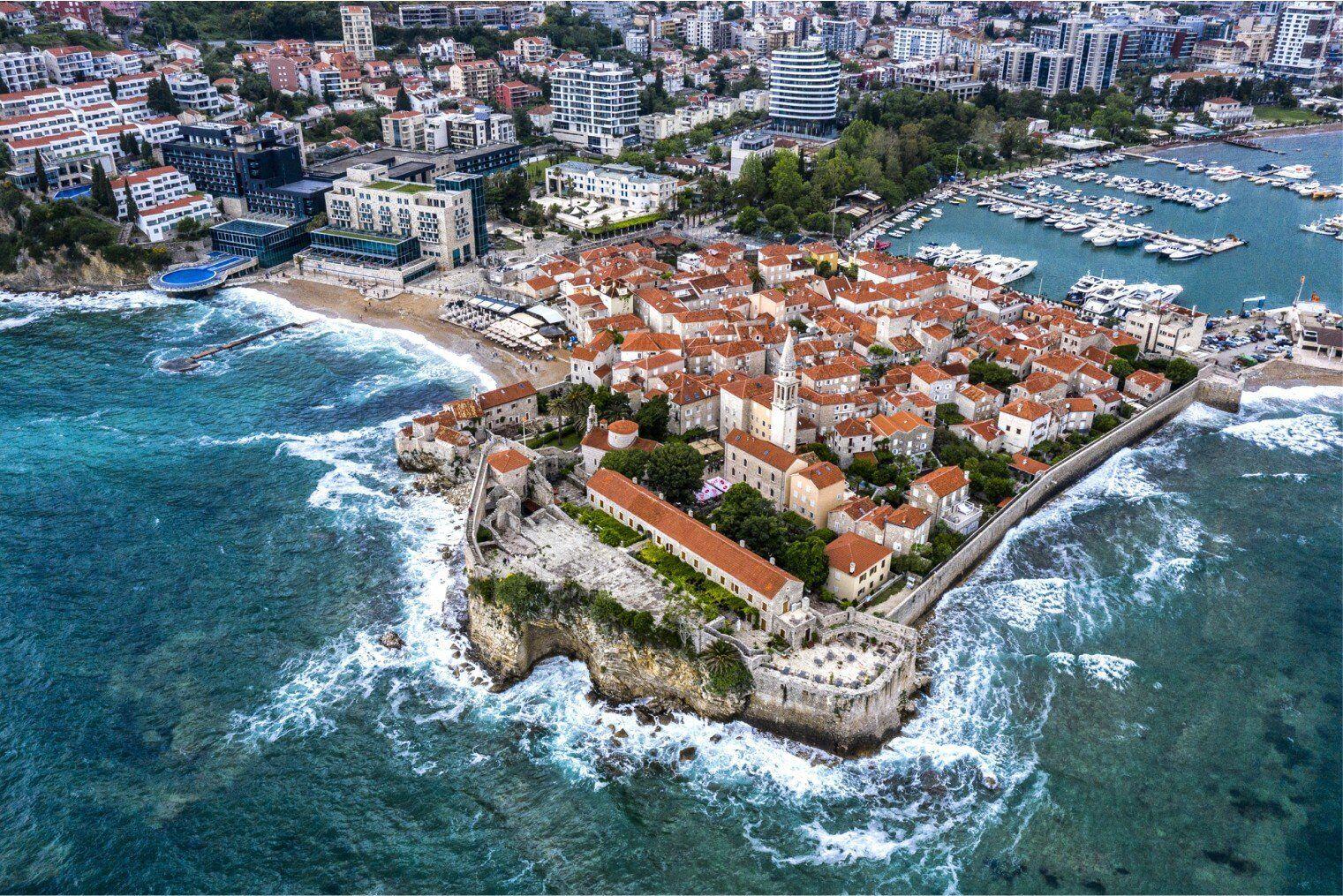 В Черногории сейчас можно снять комнату на вилле за 20-30 евро в день