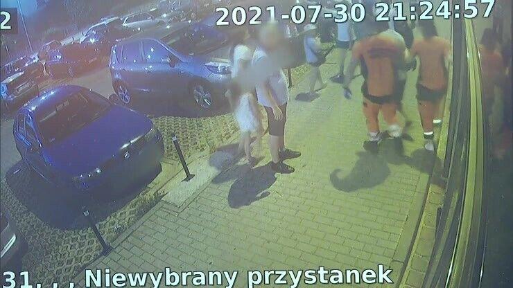 Из автобуса парня встретили полицейские.