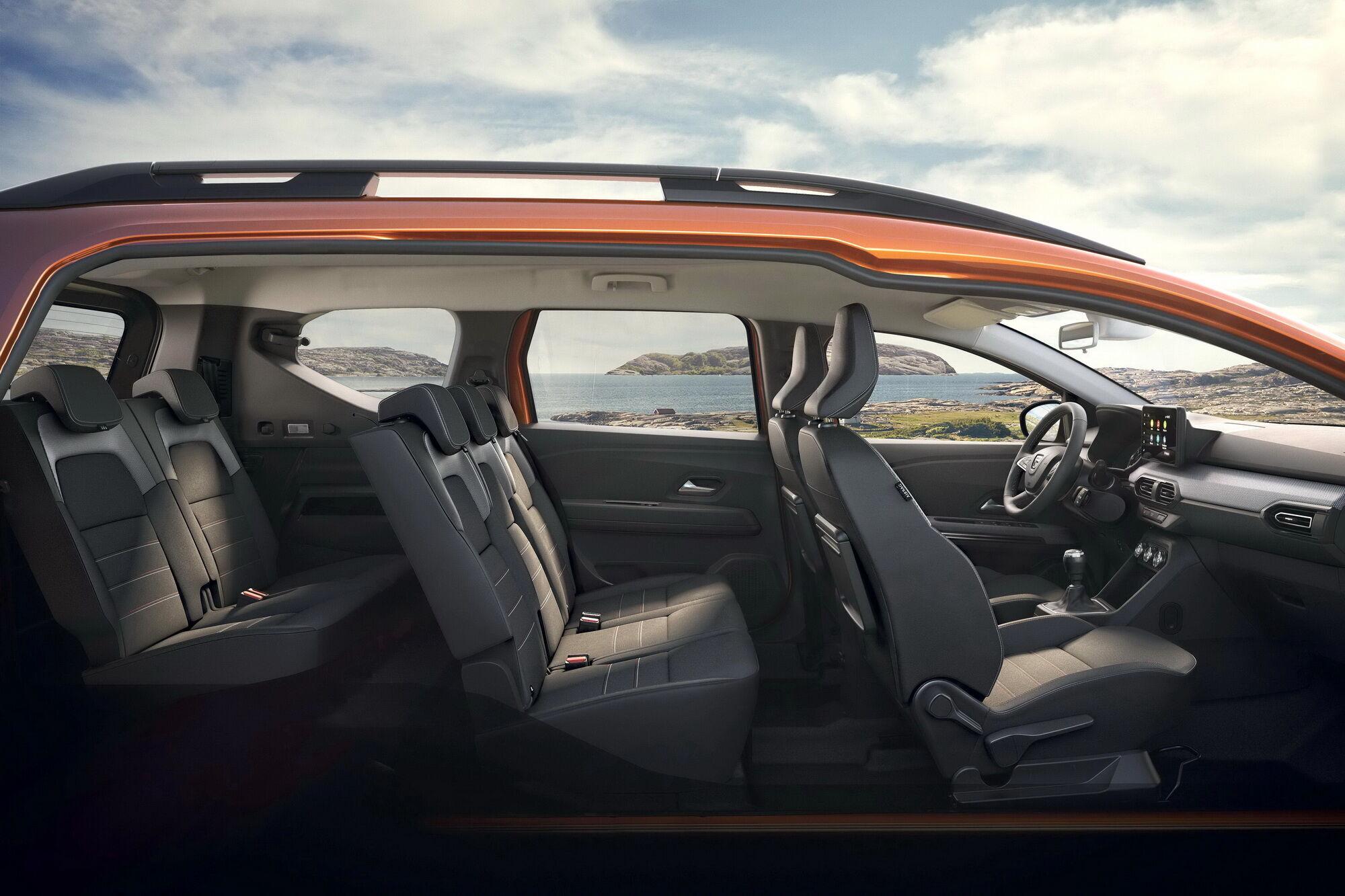 Автомобіль має просторий салон та місткий багажник